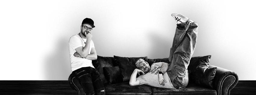 marcel und andy von töericht sitzen auf der couch